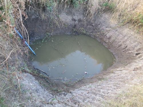 El agua para cocinar y bañarse se extrae de este pozo: la raro no es que tenga diarrea, el milagro es que no tenga disentería a estas alturas.