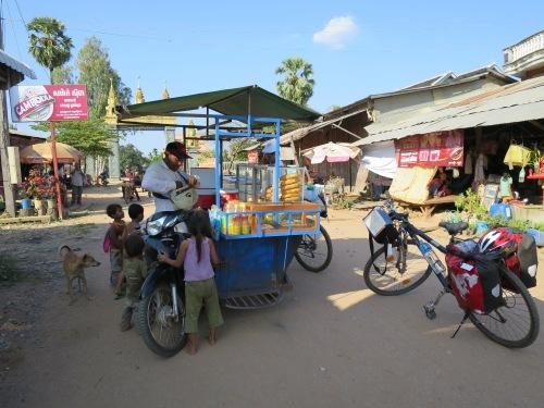 El señor lleva su puesto de comida incorporado a la moto.