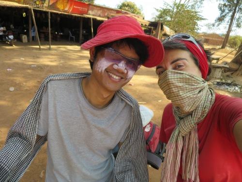 Cada uno lucha contra el sol y el polvo como puede: Twon, con su pamela de mujer y sus polvos blanqueantes. Ms. Battuta, con los ancestros que tiene, evidentemente elige taparse la cara