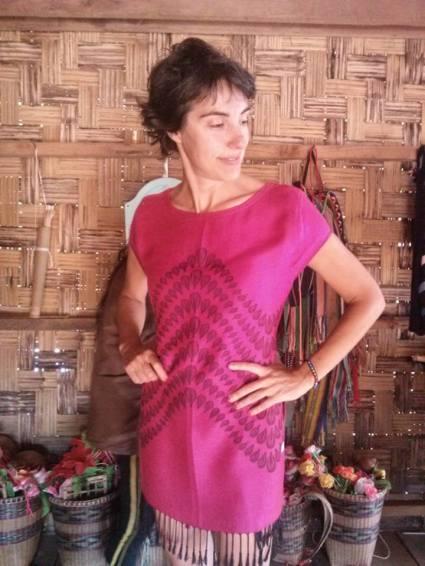 Eso sí, la que se precia de ir ligera de equipaje cambia su forro polar por un vestido rosa de lana. Ciertamente, la naturaleza de la mujer es insondable...