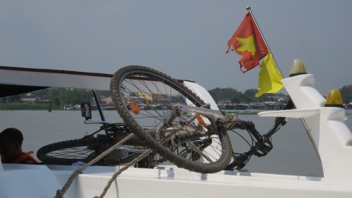 Dato práctico cicloturistas de barco y autobús: a diferencia de lo que ocurre en muchos países, Vietnam tiene, en este sentido, estándares más formalizados, y se cobra por llevar a bicicleta en los transportes.