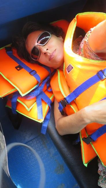 Pese a navegar por el Mekong el arrullo de los motores me acaba haciendo dormir, igual que en cualquier otro transporte...