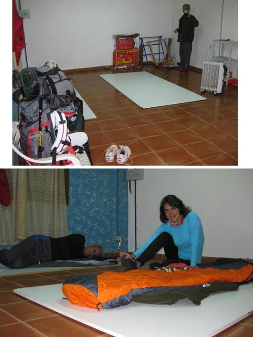 Durmiendo sobre tablones en la Casa del Pueblo.