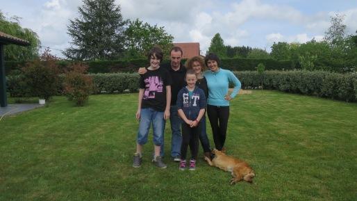 Familia francesa que nos invitó a comer cuando llamamos a su puerta para preguntar por el camino.
