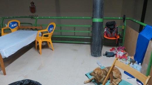 En el albergue de Ayegui la dejaron entrar debido a que cayó una granizada que acabó rompiendo el techo de uralita.