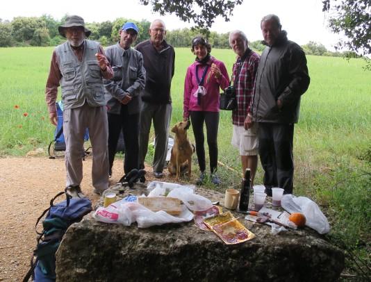 Peregrinos andaluces nos invitaron a un picnic improvisado con embutido y vino de la región e introdujeron a Linda en el consumo del chorizo picante.