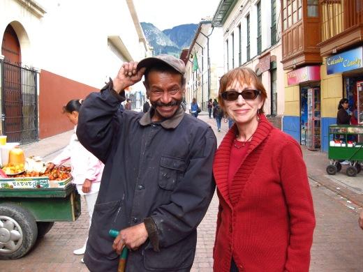 Y resulta que los habitantes de la calle, no sólo no son todos agresivos, violentos, drogados y/o locos sino que, en su inmensa mayoría, son amables, divertidos y muchos de ellos conocen historias de Bogotá o de la vida que no aparecen ni en los libros.