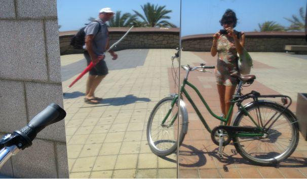 En bici por el paseo marítimo a la Universidad.
