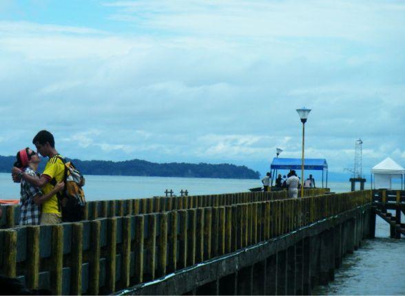 Despedida en el muelle de Ladrilleros, Pacífico colombiano.